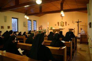 Schwestern während der Heiligen Messe