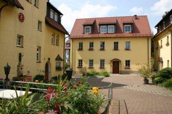 Innenhof unseres Klosters mit dem Gästehaus St. Josef