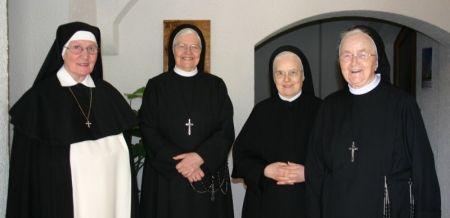 Mutter Oberin mit den Jubilarinnen vor dem Gottesdienst