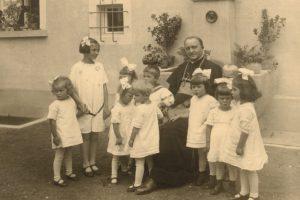 Bischof Schreiber mit Kindern im Jahr 1928
