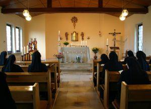 Ordensschwestern beim Gebet in der Klosterkirche in Goppeln