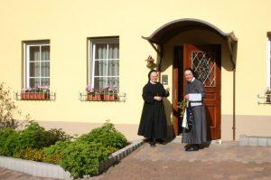Schwestern vor unserem Gästehaus