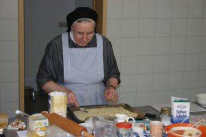 Gästeschwester bei der Essensvorbereitung
