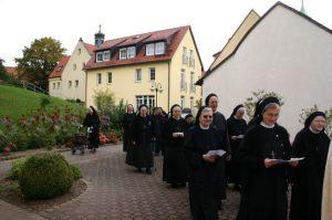 Schwestern auf dem Weg zum Grab