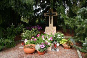 Grab von Mutter Augustina im Klostergarten