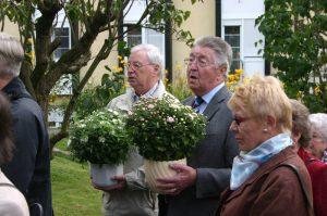 Freundeskreismitglieder aus Koblenz bringen Blumenschalen zum Grab