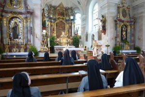 Heilige Messe in der Kirche von Konnersreuth