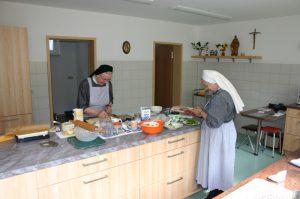 Gästeschwestern in der Küche des Gästehauses