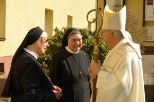 Herr Bischof begrüßt die Jubilarinnen