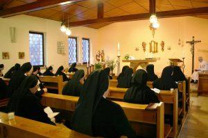 Ordenschwestern beim Gebet