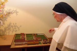 Schwester Christophora vor dem Model ihres ehemaligen Klosters