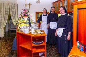 unser Klostercafé mit unserem Schwesterntrio