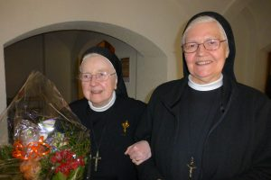 Schwester M. Mechtildis mit Schwester M. Magdalena