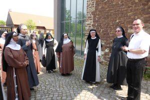Schwester Katharina beginnt mit der Führung