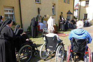 Anschließende Fronleichnamsprozession im Innenhof beim 1. Altar