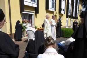 Vor unserem Schwesternhaus beim 2. Altar
