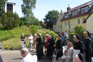 Zahlreiche Heimbewohner, Gäste und Schwestern