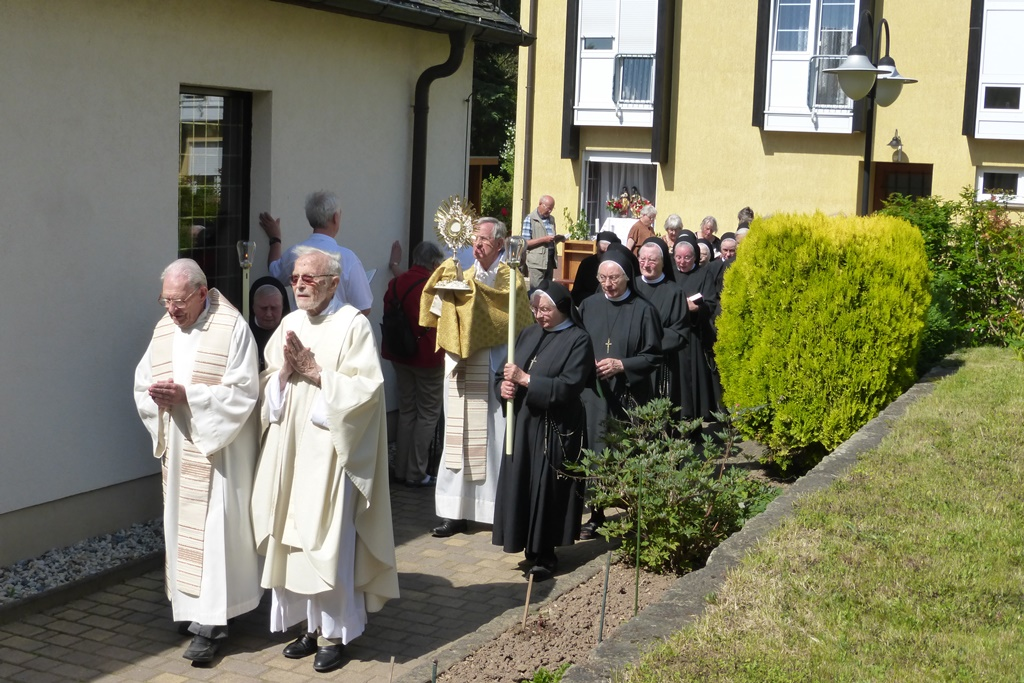 Prozession zum 3. Altar in die Kirche
