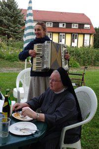 Frau Schutzeichel mit ihrem Akkordeon - oft auch Schutzengel