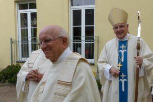 Herr Bischof und Pfarrer Bock vor ihm