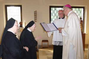 Schwester M. Roswitha empfängt ihren Kranz