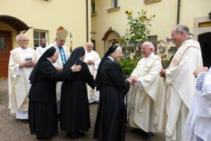Gratulation im Klosterhof