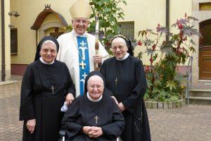 Herr Bischof mit den drei Jubilarinnen