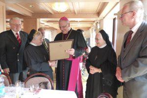 Herr Bischof überreicht die Urkunde mit dem Segen des Heiligen Vater, die unser Freundeskreis stiftete
