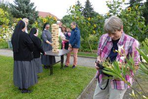 Beim Turmbau - rechts Frau Langel mit der versteckten Kammera