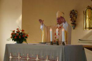 Bischof Heinrich segnet die Jubilarin