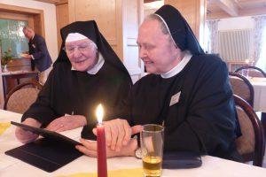 die beiden Schwestern interessieren sich für die neue Technik