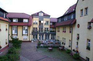 Altenheim-Innenhof