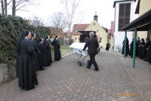 Schwester M. Eugenia wird im Kloster abgeholt