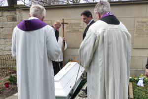 der Sarg wird in das Grab hinabgelassen