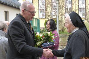 unser Freundeskreisvorsitzender Herr Dr. Hertzsch gratuliert Schwester Winfrieda