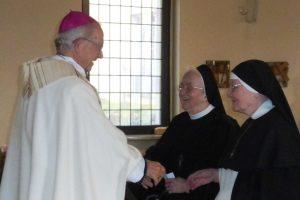 Herr Bischof gratuliert den Jubilarinnen
