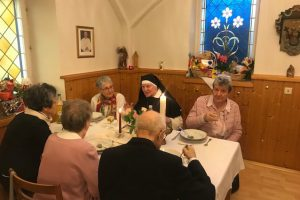 Schwester Christophora im Gespräch mit ihren Verwandten
