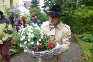 Herr Dr. Hertzsch mit einem schönen Grabgesteck