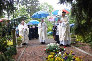 Gebet am Grab der Gründerin