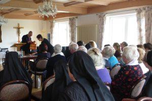 Herr Dr. Hertzsch dankt Frau Pfarrerin für den bewegten und hochinteressanten Festvortrag