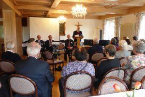 der Vorsitzende - Herr Dr. Hertzsch - begrüßt alle zur Mitgliederversammlung