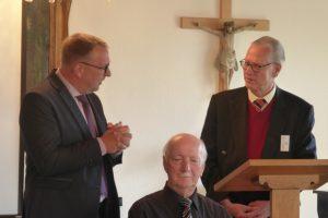 Herr Cording dankt Herr Dr. Hertzsch für seinen großen Einsatz als Vorsitzender des Vereins